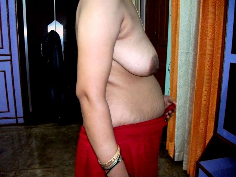 Indian Sexy Aunty yummy Boobs after removing saree nude pics