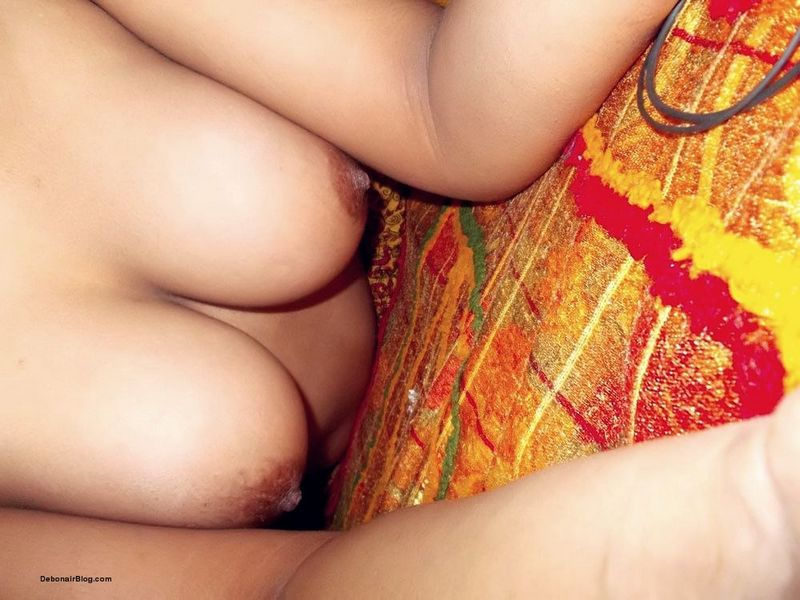 Nude Bollywood Pics – Hot Indian Desi Sexy Bollywood Model showing her yummy boobs Nude Photo