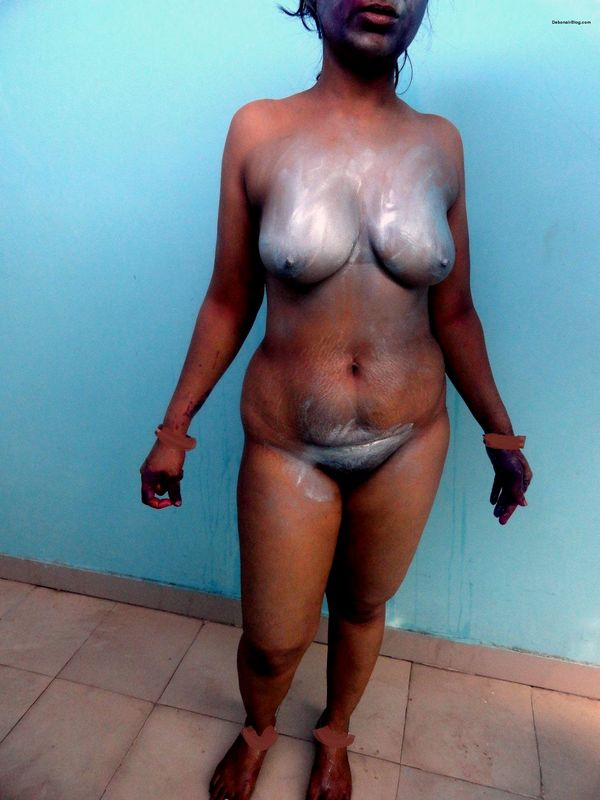 Marathi bhabhi standing nude after playing Holi showing boobs pussy photos